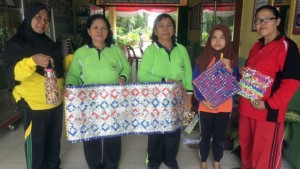 Kepsek SMP N 1 P.Cermin Maryam S.Pd (Kiri) dan para Guru serta Siswinya  menunjukkan hasil karya daur ulang dari sampah plastik.