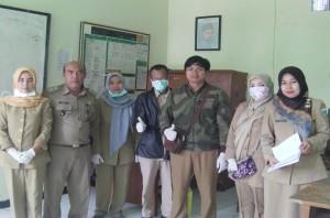 Para Petugas Puskesmas Guntur foto bersama dengan kepala kelurahan Ciwalen Agus Tomi Sr