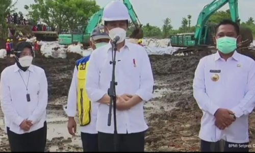 Presiden Joko Widodo saat mengunjungi lokasi tanggul